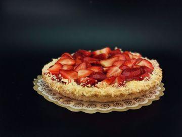 Afbeeldingen van Bladerdeeg aardbeienvlaai klein met slagroom